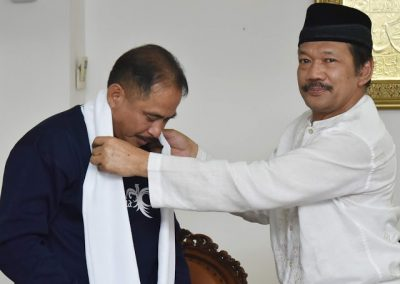 Prof Dr KH Noor Achmad MA (kanan) menghadiahi sorban pada Menteri Pariwisata Dr Ir Arief Yahya MSc. (Foto : Chandra AN)
